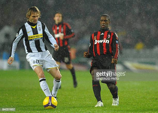 Juventus Czech midfielder Pavel Nedved fights for the ball with AC Milan's Dutch midfielder Clarence Seedorf during their Italian Serie A football...