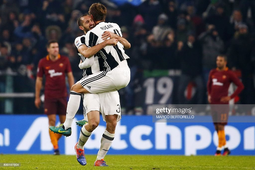 Juventus' defender Giorgio Chiellini (L) celebrates with Juventus' defender Daniele Rugani at the end of the Italian Serie A football match Juventus vs As Roma on December 17, 2016 at the 'Juventus Stadium' in Turin. / AFP / MARCO