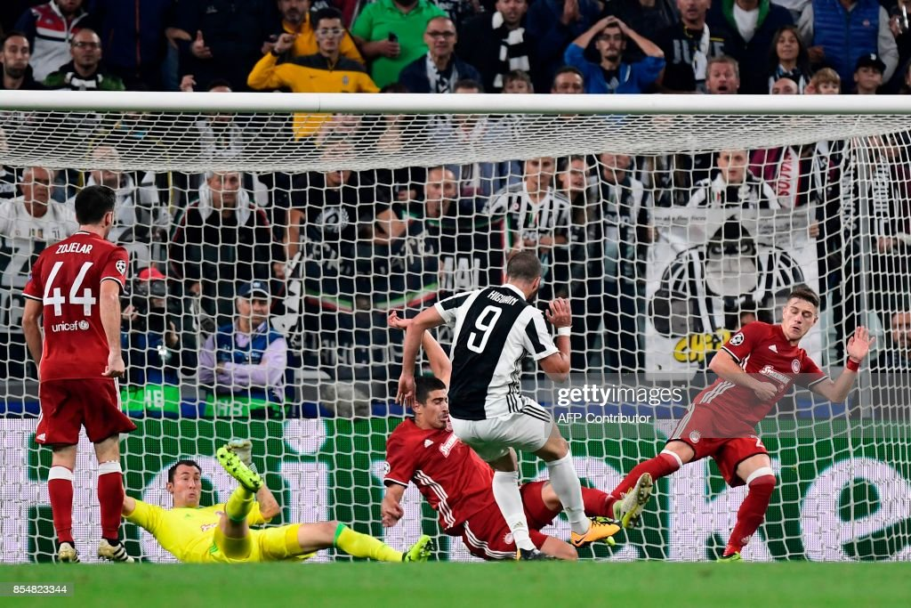 Juventus' forward from Argentina Gonzalo Higuain scores during the UEFA Champion's League Group D football match Juventus vs Olympiacos on September 27, 2017 at the Juventus stadium in Turin. / AFP PHOTO / Miguel MEDINA