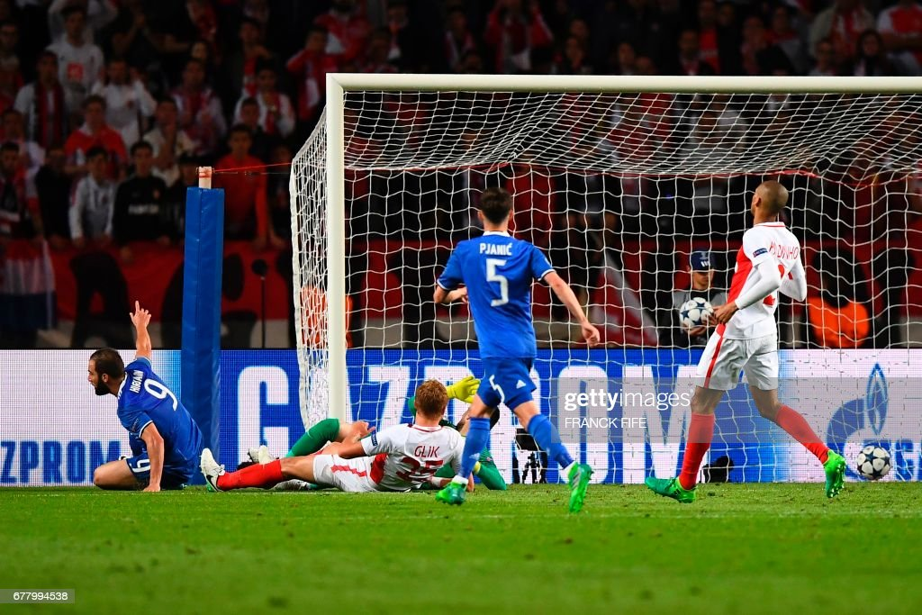 Juventus' forward from Argentina Gonzalo Higuain (L) scores his team's second goal during the UEFA Champions League semi-final first leg football match Monaco vs Juventus at the Stade Louis II stadium in Monaco on May 3, 2017. /