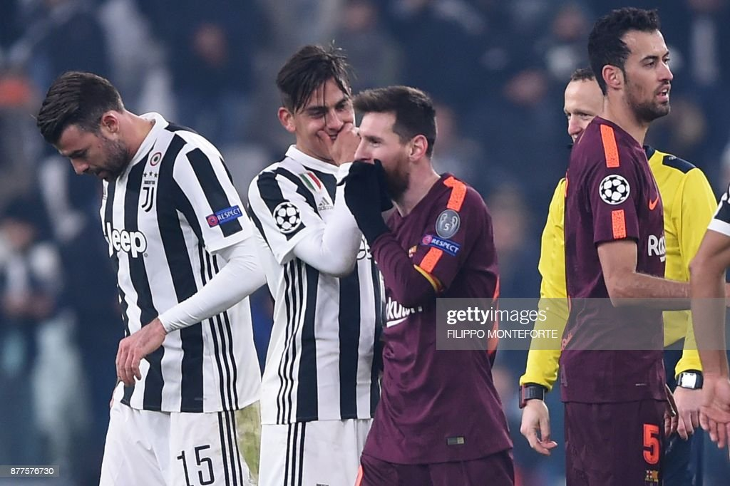 Juventus' forward from Argentina Paulo Dybala (2ndL) speaks to Barcelona's Argentinian forward Lionel Messi at the end of the UEFA Champions League Group D football match Juventus Barcelona on November 22, 2017 at the Juventus stadium in Turin. Barcelona advanced to the Champions League last 16 on Wednesday after clinching top spot in Group D following a 0-0 draw against Juventus in Turin. / AFP PHOTO / Filippo MONTEFORTE