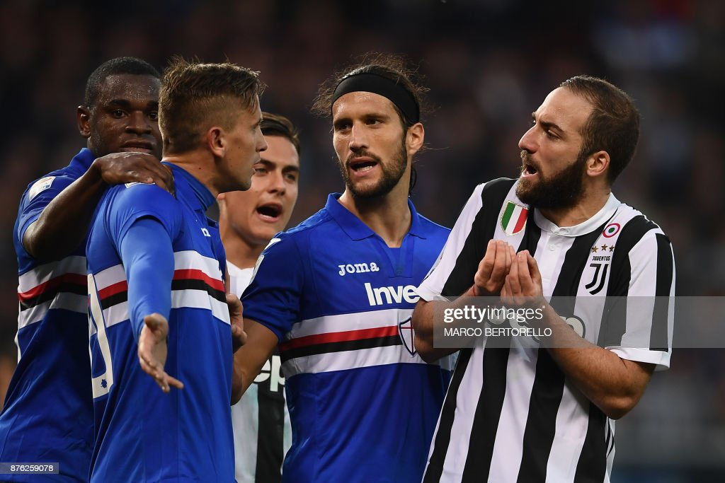 Juventus' forward Gonzalo Higuain from Argentina (R) argues with Sampdoria's midfielder Gaston Ramirez from Colombia (2nd L) during the Italian Serie A football match Sampdoria Vs Juventus on November 19, 2017 at the 'Luigi Ferraris' Stadium in Genoa. Sampdoria won 3-2. /