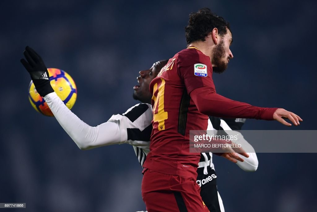 TOPSHOT - Juventus' French midfielder Blaise Matuidi (L) vies for the ball with AS Roma's Italian midfielder Alessandro Florenzi during the Italian Serie A football match Juventus versus AS Roma on December 23, 2017 at the Allianz Stadium in Turin. /