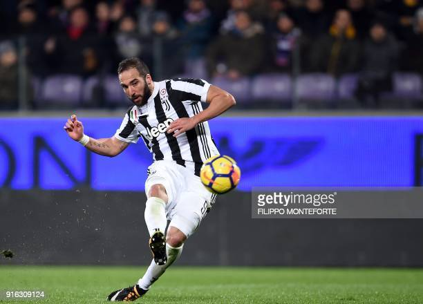 Juventus' FrenchArgentinian forward Gonzalo Higuain shoots to score during the italian Serie A football match Fiorentina vs Juventus at the Atemio...