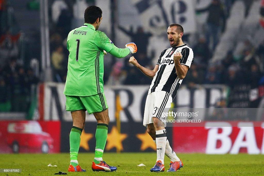 Juventus' goalkeeper Gianluigi Buffon (L) celebrates with Juventus' defender Giorgio Chellini during the Italian Serie A football match Juventus vs As Roma on December 17, 2016 at the 'Juventus Stadium' in Turin. / AFP / MARCO