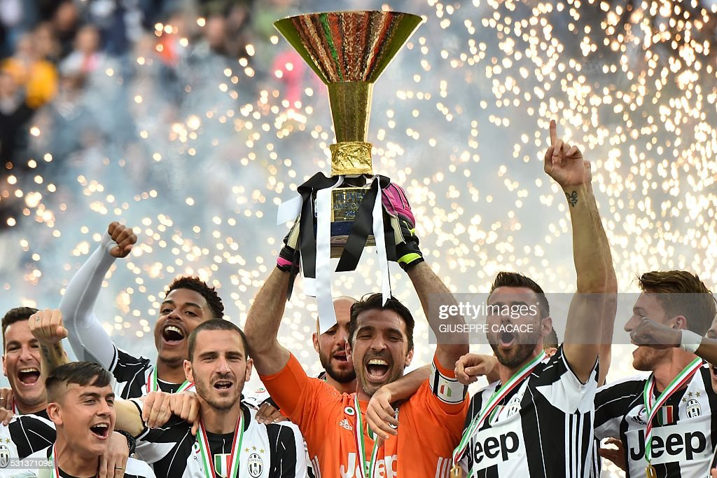 TOPSHOT - Juventus' goalkeeper Gianluigi Buffon (C) from Italy and Juventus' players celebrate their Serie A title after the Italian Serie A football match Juventus vs Sampdoria on May 14, 2016 at the 'Juventus Stadium' in Turin. / AFP / GIUSEPPE