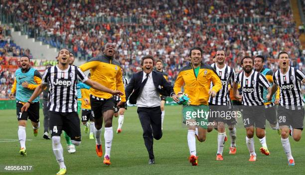 Juventus head coach Antonio Conte with his teammates celebrate the victory after the Serie A match between AS Roma and Juventus at Stadio Olimpico on...