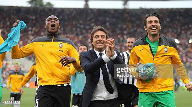 Juventus head coach Antonio Conte with his teammates celebrates the victory after the Serie A match between AS Roma and Juventus at Stadio Olimpico...