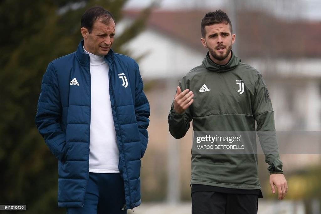 Juventus' head coach Massimiliano Allegri (L) and Juventus' Bosnian midfielder Miralem Pjanic attend a training session on the eve of the UEFA Champions League football match Juventus vs Real Madrid on April 2, 2018 at the Juventus training center in Vinovo. /