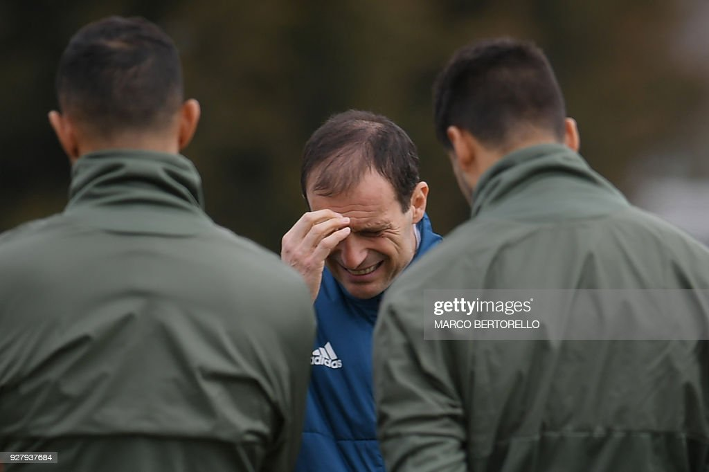 Juventus' head coach Massimiliano Allegri gestures as he speaks to players during a training session on the eve of the UEFA Champions League football match Tottenham Hotspur vs Juventus on March 6, 2018 at the Juventus training center in Vinovo. /