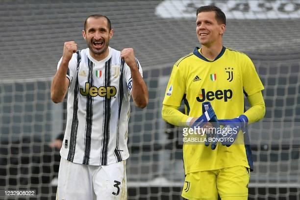 Juventus' Italian defender Giorgio Chiellini and Juventus' Polish goalkeeper Wojciech Szczesny react at the end of the Italian Serie A football match...
