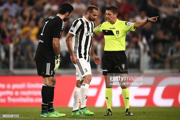 Juventus' Italian defender Giorgio Chiellini leaves the pitch after injury during the Italian Serie A football match Juventus versus Napoli on April...