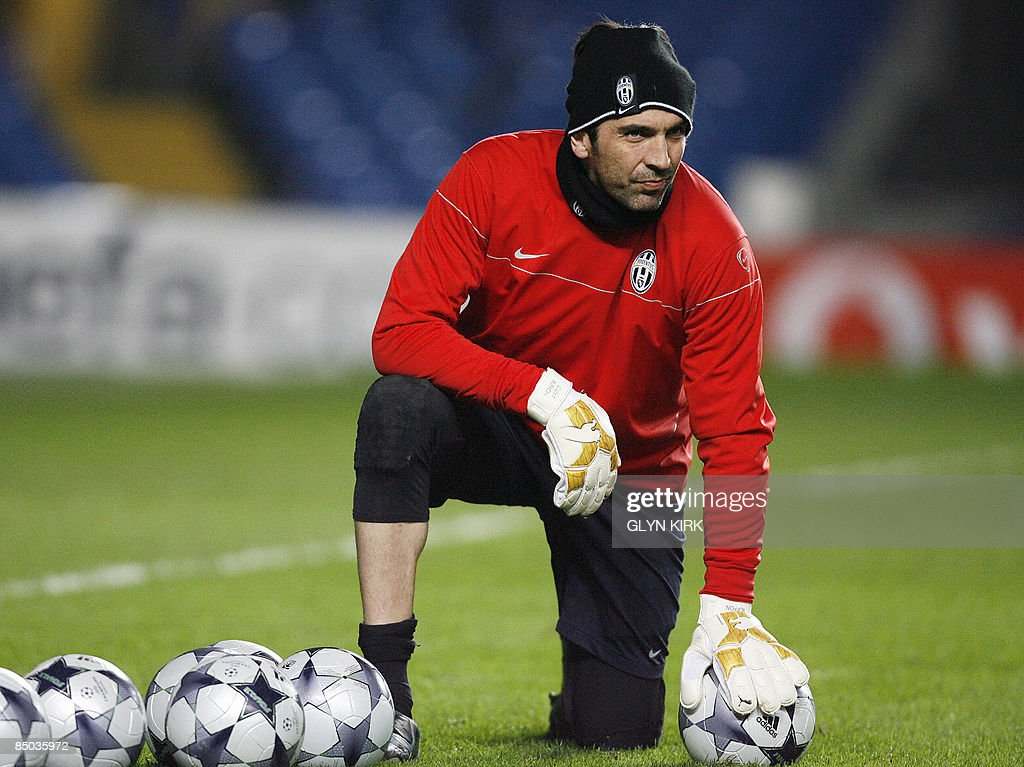 Juventus' Italian goalkeeper Gianluigi B : News Photo