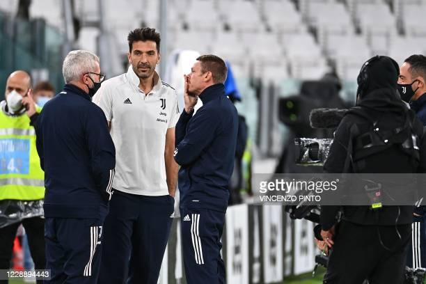 Juventus' Italian goalkeeper Gianluigi Buffon talks with staff members on October 4, 2020 at the Juventus stadium in Turin, prior to the Italian...