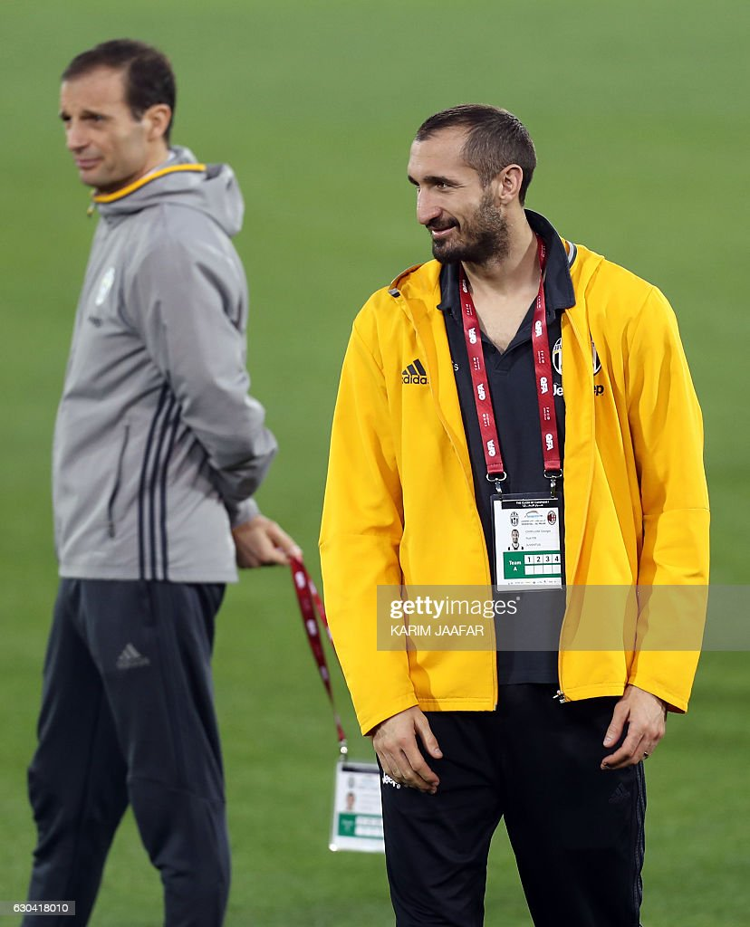 Juventus' Italian head coach Massimiliano Allegri (L) walks next to Italian defender Giorgio Chiellini diromg a training session in the Qatari capital Doha on December 22, 2016, on the eve of the Final of the Italian Super Cup between AC Milan and Juventus. / AFP / KARIM