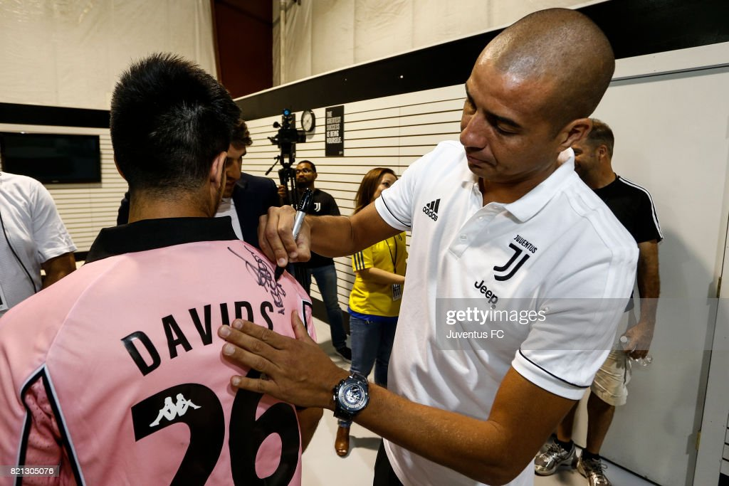 Juventus Legend David Trezeguet Signs Autographs At The Juventus News Photo Getty Images