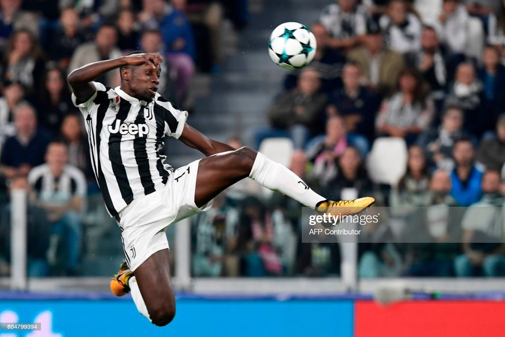 Juventus' midfielder from France Blaise Matuidi jumps to control the ball during the UEFA Champion's League Group D football match Juventus vs Olympiacos on September 27, 2017 at the Juventus stadium in Turin. /