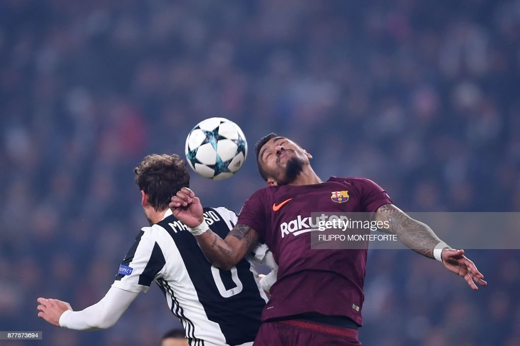 Juventus' midfielder from Italy Claudio Marchisio (L) and Barcelona's Brazilian midfielder Paulinho head the ball during the UEFA Champions League Group D football match Juventus Barcelona on November 22, 2017 at the Juventus stadium in Turin. / AFP PHOTO / Filippo MONTEFORTE