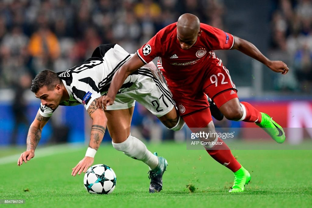 Juventus' midfielder from Italy Stefano Sturaro (L) vies with Olympiacos' Brazilian forward Seba during the UEFA Champion's League Group D football match Juventus vs Olympiacos on September 27, 2017 at the Juventus stadium in Turin. / AFP PHOTO / Miguel MEDINA