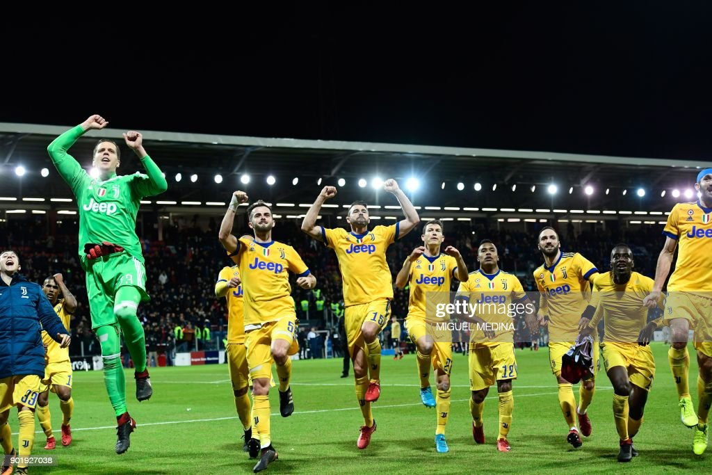Juventus players celebrate after the Italian Serie A football match between Cagliari Calcio and Juventus at the Sardegna stadium in Cagliari, on the Sardinia mediterranean island on January 6, 2018. /