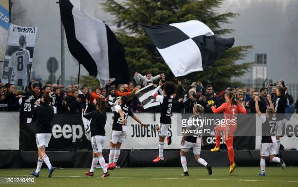 Juventus players celebrate after the match during the Womens Serie A match between Juventus and FC Internazionale on February 16, 2020 in Vinovo,...