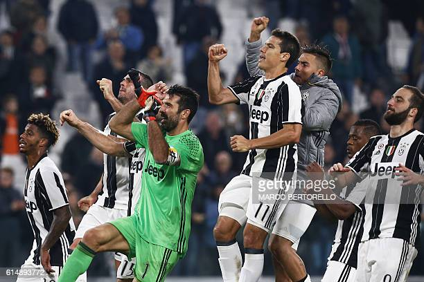 Juventus' players celebrate after winning the Italian Serie A football match Juventus vs Udinese on October 15 2016 at the 'Juventus Stadium' in...