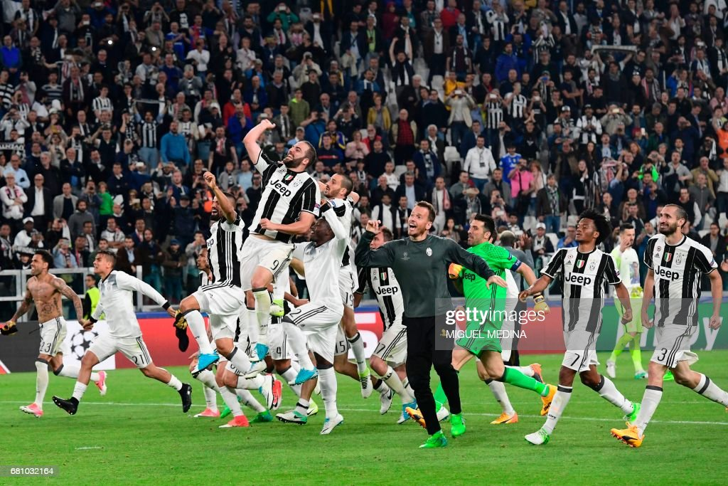 TOPSHOT - Juventus' players celebrate at the end of the UEFA Champions League semi final second leg football match Juventus vs Monaco, on May 9, 2017 at the Juventus stadium in Turin. Juventus secured their place in the final of the Champions League on Tuesday after beating Monaco 2-1 in their semi-final second leg to win the tie 4-1 on aggregate. / AFP PHOTO / Miguel MEDINA