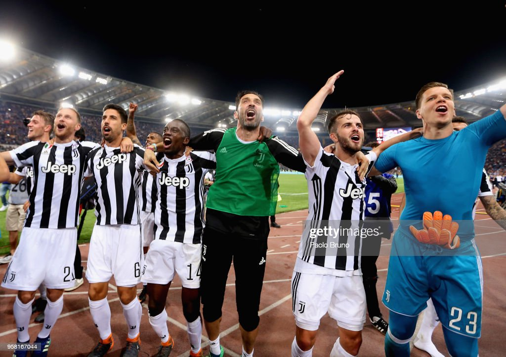Juventus players celebrate winning the Champioship after the Serie A match between AS Roma and Juventus at Stadio Olimpico on May 13, 2018 in Rome, Italy.