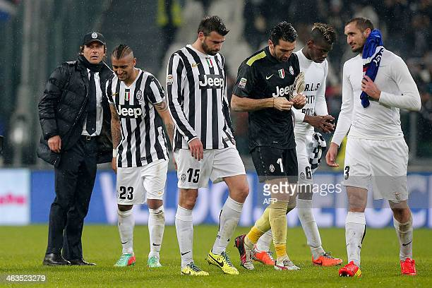 Juventus' players celebrate with their coach Antonio Conte at the end of the Italian Serie A football match Juventus vs Sampdoria Genoa on January 18...