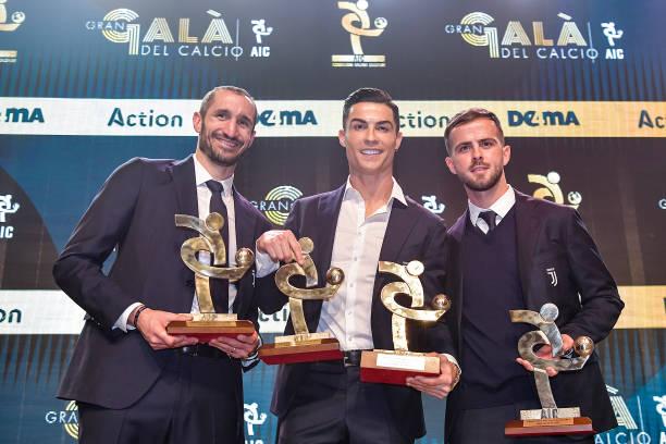 BALLON D'OR *RÉCOMPENSES DU FOOT* à partir de 2019 Juventus-players-giorgio-chiellini-cristiano-ronaldo-and-miralem-picture-id1191542364?k=6&m=1191542364&s=612x612&w=0&h=e_-Yff-OcRXA5wUmHkZhX0zIvLCPnsmmGvLie5lxn70=