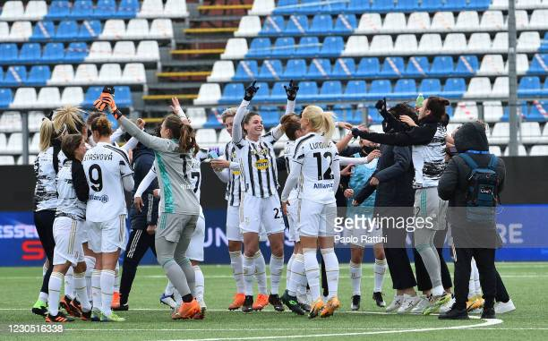 Juventus players happy to have won the Women's Super Cup Final during the match between Juventus and ACF Fiorentina at Stadio Comunale on January 10,...