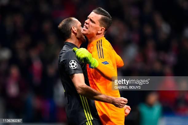 TOPSHOT Juventus' Polish goalkeeper Wojciech Szczesny celebrates with Juventus' Italian defender Giorgio Chiellini after Atletico Madrid missed a...