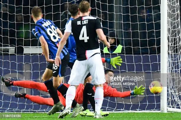 Juventus' Polish goalkeeper Wojciech Szczesny deflects a headshot during the Italian Serie A football match Atalanta Bergamo vs Juventus on November...