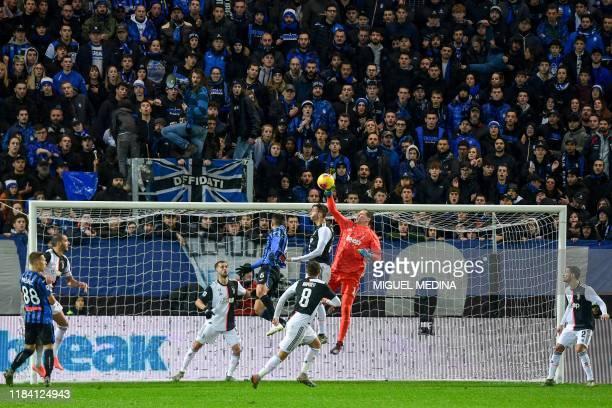 Juventus' Polish goalkeeper Wojciech Szczesny deflects a shot during the Italian Serie A football match Atalanta Bergamo vs Juventus on November 23...