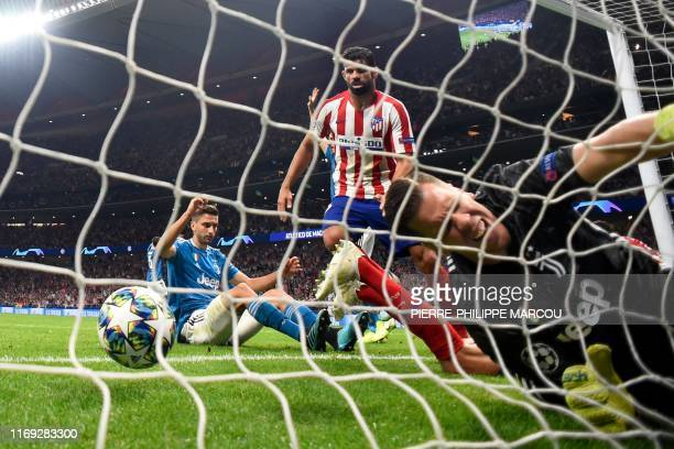 Juventus' Polish goalkeeper Wojciech Szczesny faisl to stop a ball kicked by Atletico Madrid's Montenegrin defender Stefan Savic during the UEFA...
