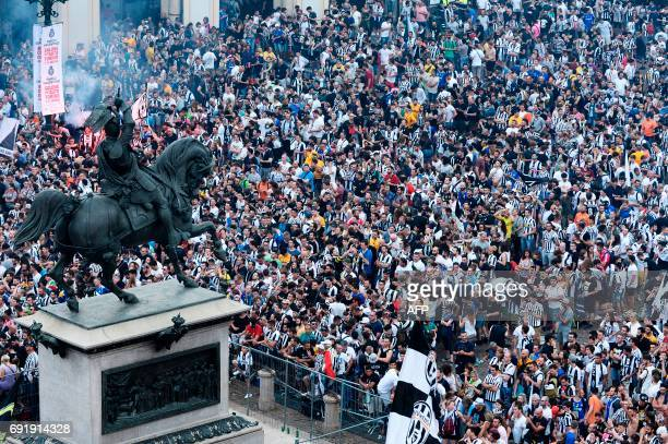Juventus' supporters gather to follow the UEFA Champions League Final football match between Juventus and Real Madrid on June 3 2017 in Piazza San...