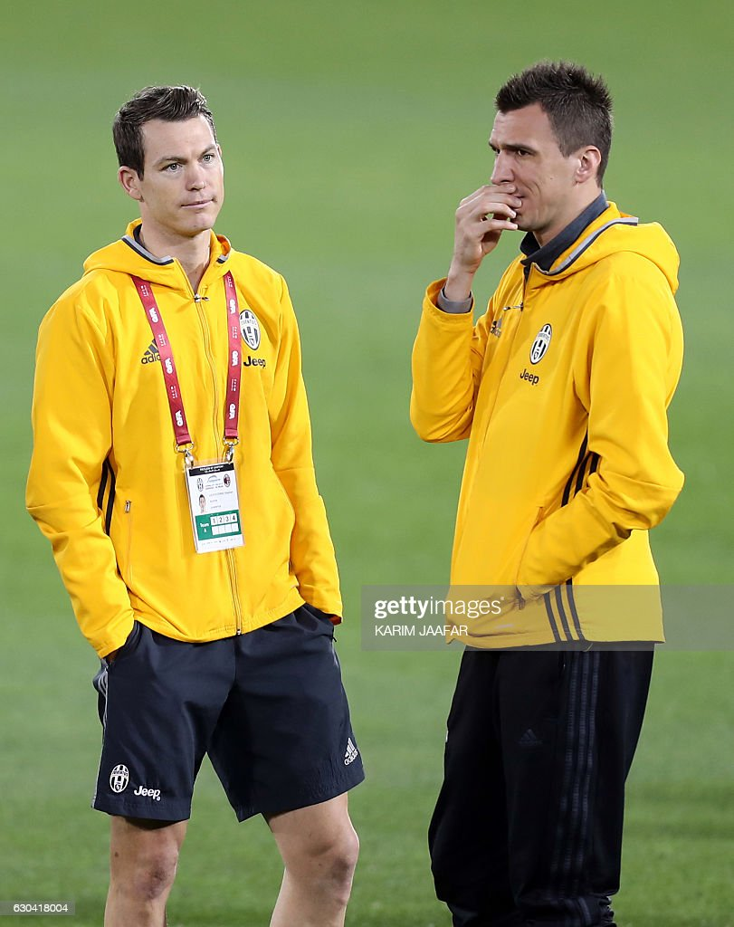 Juventus' Swiss defender Stephan Lichtsteiner (L) and Croatian forward Mario Mandzukic (R) speak during a training session in the Qatari capital Doha on December 22, 2016, on the eve of the Final of the Italian Super Cup between AC Milan and Juventus. / AFP / KARIM