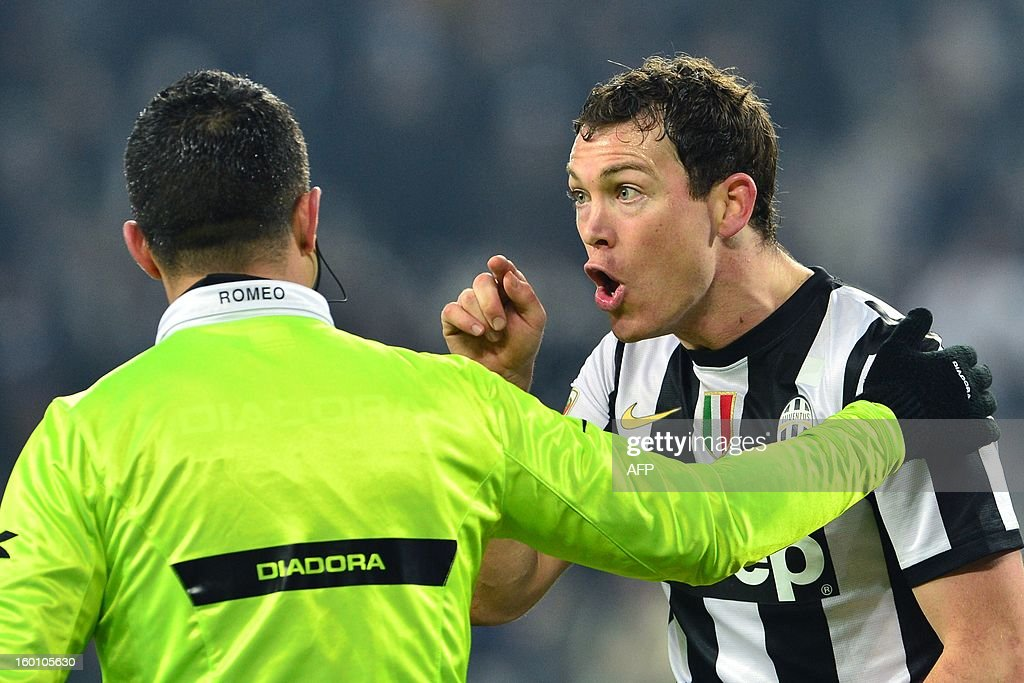 Juventus' Swiss defender Stephan Lichtsteiner argues with referee assistant Andrea Romeo during their Seria A football match between Juventus and Genoa at the 'Juventus Stadium' in Turin on January 26, 2013.