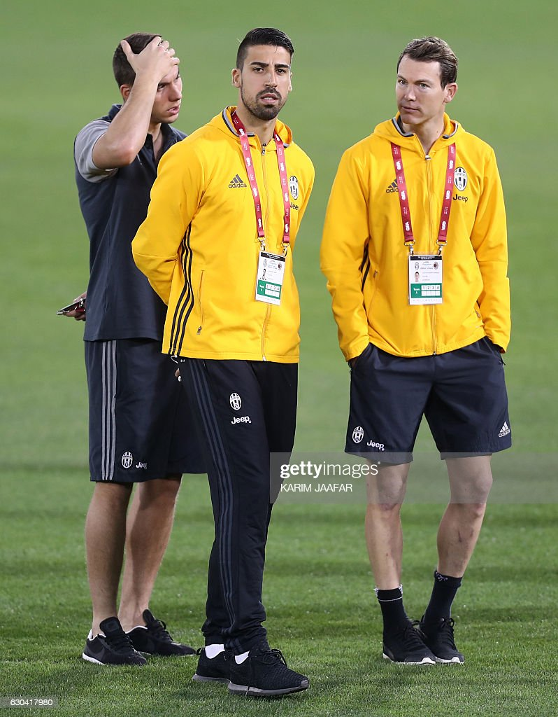 Juventus' Swiss defender Stephan Lichtsteiner (R) speaks with German midfielder Sami Khedira (C) during a training session in the Qatari capital Doha on December 22, 2016, on the eve of the Final of the Italian Super Cup between AC Milan and Juventus. / AFP / KARIM