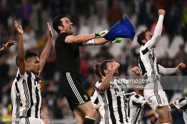 TOPSHOT Juventus' team celebrate at the end of the Italian Serie A football match between Juventus and Bologna on May 5 2018 at the Allianz Stadium...