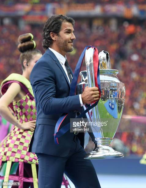FUSSBALL CHAMPIONS Juventus Turin FC Barcelona KarlHeinz Riedle bringt den Champions League Pokal ins Stadion