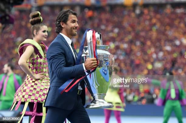 FUSSBALL CHAMPIONS Juventus Turin FC Barcelona KarlHeinz Riedle bringt den Champions League Pokal ins Stadion