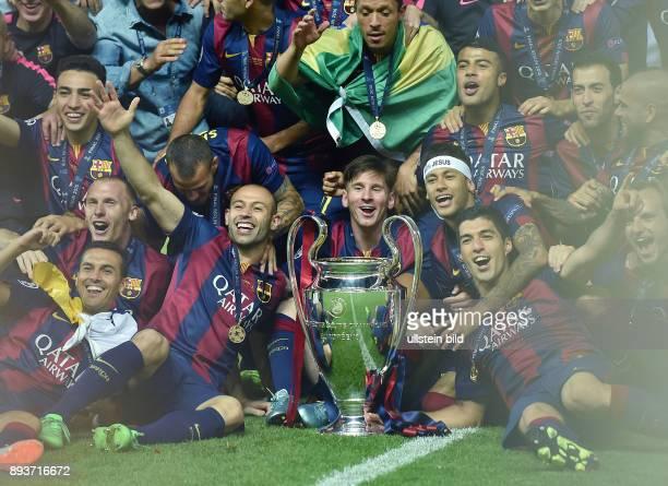 FUSSBALL CHAMPIONS Juventus Turin FC Barcelona Pedro Rodriguez Jeremy Mathieu Javier Mascherano Lionel Messi Neymar und Luis Suarez mit Pokal