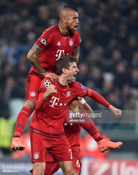 FUSSBALL Juventus Turin FC Bayern Muenchen 1 Arturo Vidal auf den Schultern von Thomas Mueller