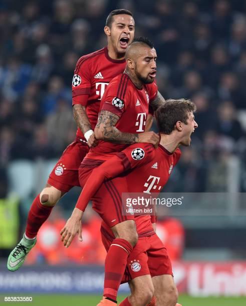 Juventus Turin - FC Bayern Muenchen Torjubel nach dem 0:1 auf drei Etagen: Thiago Alcantara, Arturo Vidal und Thomas Mueller