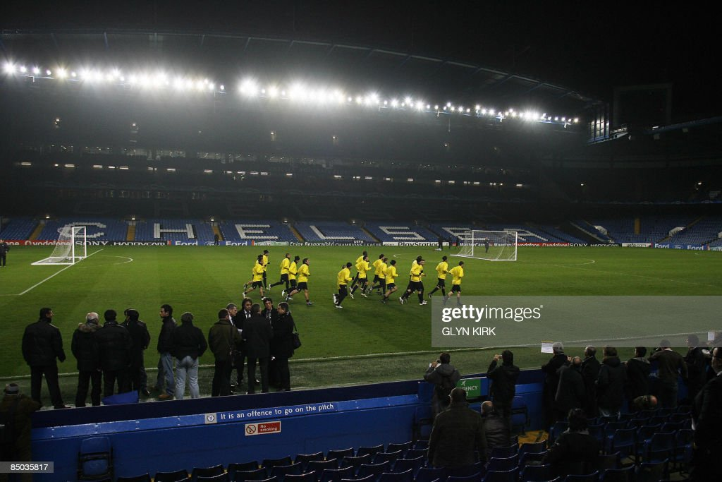 Juventus warm up during a training for t : News Photo