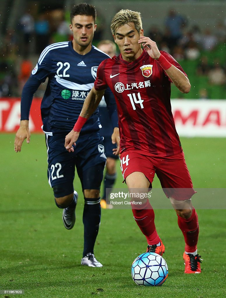 Ju-Young Kim of Shanghai SIPG is chased by Jesse Makarounas of Melbourne Victory during the AFC Asian Champions League match between Melbourne Victory and Shanghai Sipg at AAMI Park on February 24, 2016 in Melbourne, Australia.