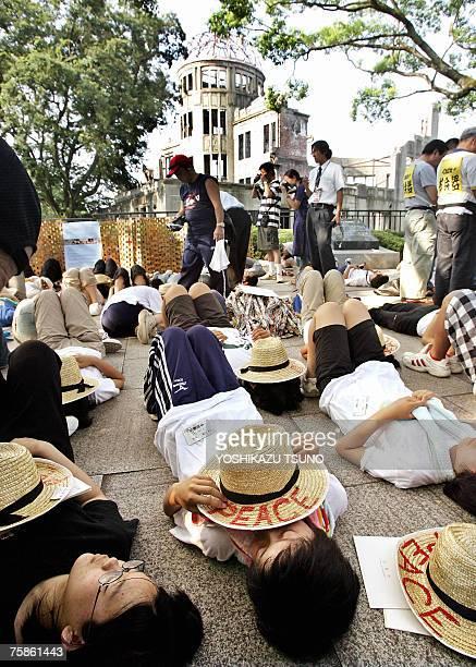 Venes se manifiestan por la paz frente al monumento Bomba A Domo, en el Parque del Memorial de la Paz en Hiroshima, Jap?n, el 6 de agosto de 2005, en...