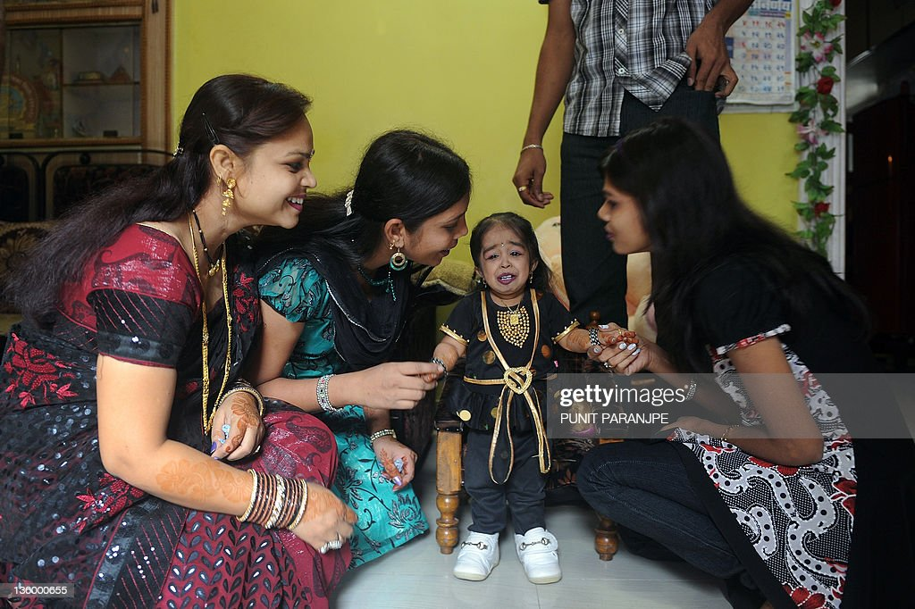 Jyoti Amge (C), 18, interacts with her e : News Photo