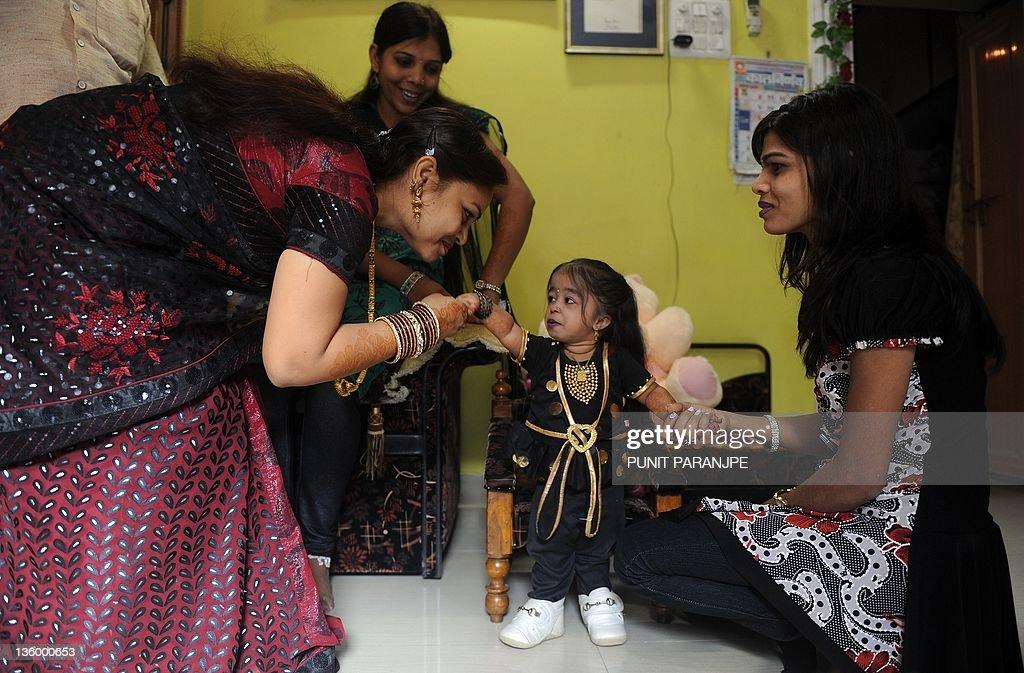 Jyoti Amge (C), 18, receives birthday gr : News Photo